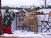Winterbalkon mit Vogelhaus, Gräser mit Ballenschutz, Picea / Zapfenkranz, Girlan