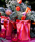 Vase mit Zweigen und Physalis-Lampionfrucht mit Rauhreif