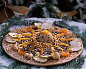 Vogelmenue: Getrocknete Aprikosen, Erdnüsse, Malus / Apfelringe, Meisenknödel,