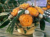 Topf mit orangefarbenen Rosa / Rosenblüten, Pinus / Kiefernzweige, Hedera / Efeu