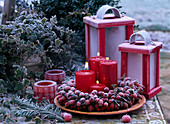 Tischarrangement mit Rosa / Hagebuttenkranz, Kerzen und Windlichter, Hedera / Ef