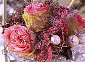 Rosa (Rosenblüten), rosa Pfeffer und Goldkugeln im Rauhreif