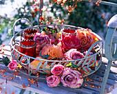 Metalltablett mit Rosa (gefrorenen Rosenblüten)