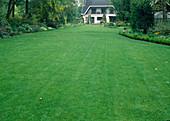 Blick über Rasenfläche zum Haus