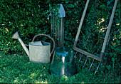 Stillleben : alte Zink-Giesskanne, Glasglocke und Bodenluefter an Wasserstelle