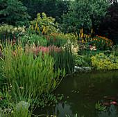 Großes blühendes Staudenbeet an Gartenteich