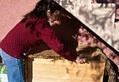 Gemüse lagern 3. Step: In Holzkiste (mit Styropor und Folie ausgeschlagen) gefüllt mit Sand und Gemüse gegen Kälte abdecken 3/3