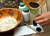Samenernte von Eschscholzia californica (Kalif. Kappenmohn) 5. Step: Samen in dichtes Gefäß (z.B. leere Filmdosen) füllen und beschriften 5/6