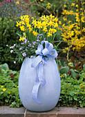 Hellblaues Keramikei bepflanzt