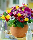 Frühlingsstrauß aus Anemonen, Akelei und Tulpen
