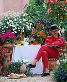 Frau auf mediterraner Terrasse