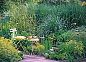 Sitzplatz am Wasserbecken mit Iris (Sumpfiris)