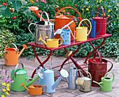 Metallgießkannen in verschiedenen Farben und Formen