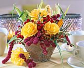 Rosa (gelbe Rosen), Amaranthus (Fuchsschwanz)