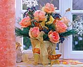 Weihnachtlicher Strauß aus Rosa ' Versilia' (Rose),Viburnum