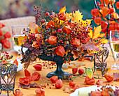 Herbstliches Gesteck in Eisengefäß mit Fuß