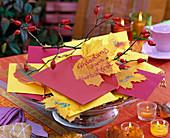 Beschriftete Blätter von Acer (Ahorn) als Einladung