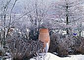 Beet mit Sedum (Fetthenne) und Amphore im Rauhreif und Schnee