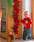 Kleiner Junge mit Apfel, Adventskalender aus Filzsternen