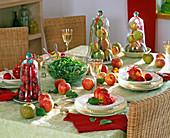 Tischdeko mit Malus (Apfel), Äpfel unter Glasglocken