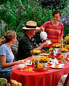 Sommerliche Kaffeetafel im Garten mit Personen