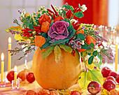 Cucurbita (Kürbis) als Vase, Brassica (Zierkohl), Physalis (Lampions)