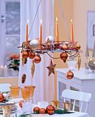 Hängender Adventskranz aus Metall mit apricotfarbenen Kerzen