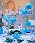 Gläser mit Fuß mit türkisen Baumkugeln und Kristallen