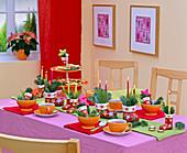 Tischdekoration mit Kerzengesteck in Nikolausstiefel aus Porzellan