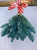 Handstrauß aus Abies procera (Nobilistanne) mit rot-weiß karierter Schleife