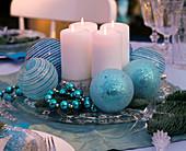 Ungewöhnlicher Adventskranz mit weißen Kerzen auf Glasteller