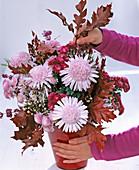 Gesteck mit anemonenförmigen Chrysanthemen: 4/5