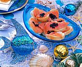 Weihnachten maritim: Glasschale mit Lachs / Kaviarschnitten