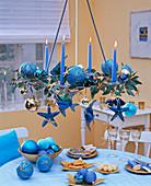 Weihnachten maritim: hängender Adventskranz mit Fischen, Seesternen