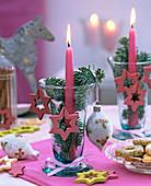 Windlicht mit rosa Kerze, Baumschmuck und Holzsternen