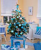 Weihnachtsbaum mit maritimem Christbaumschmuck