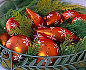 Orangefarbener Baumschmuck mit weißen Sternen