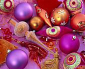 Orangefarbener und pinker Christbaumschmuck