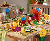 Herbstliche Tischdeko mit Kürbissen und Drachen