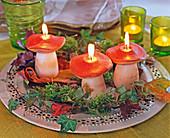 Steinpilz-Kerzen mit Moos, Hedera (Efeuranke) und Laub