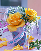 Rosa (Rosen, gelb), Gypsophila (Schleierkraut) in gemusterter Vase