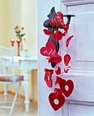 Herzen aus Papier, Sisal und Filz, Text: 'My Sweetheart', Blütenblätter