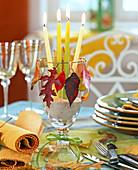Herbstlaub auf Golddraht um Glas mit Kerzen: 3/3