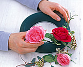 Gesteckter Rosenkranz mit Schneeballblüten: 2/3