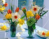Sträuße mit Narcissus (Narzissen, einfach und gefüllt), Tulipa