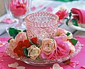 Kranz aus Blüten von Rosa (Rosen, hellrosa, pink und rot) um Windlicht