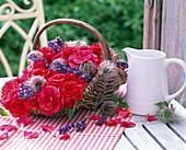 Rosa (Rosen, rot), Lavandula (Lavendel), Samenstände von Clematis