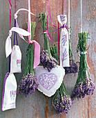 Sträuße aus Lavandula (Lavendel), bestickte Lavendelsäckchen