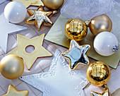 Weihnachtsbaumschmuck in gold und weiß