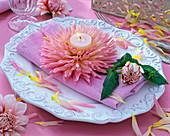 Rosa Blüte von Dahlia (Kaktusdahlie) mit Teelicht